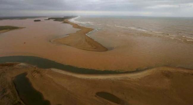 Imagem: A lama vinda das barragens da Samarco com rejeitos de mineração seguem ao longo do leito do Rio Doce em direção à sua foz, localizada em Regência, Linhares – REUTERS/Ricardo Moraes