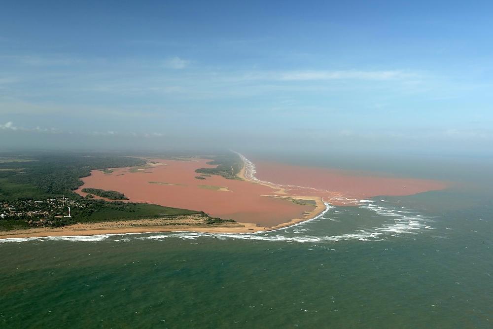 Lama do Rio Doce desaguando no mar do Espírito Santo