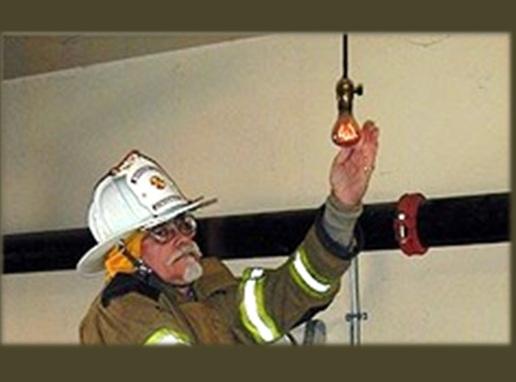 A lâmpada fica em uma unidade dos bombeiros na cidade de Livermore, na Califórnia (EUA).