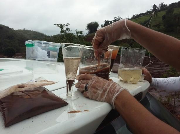 A Fundação SOS Mata Atlântica divulgou laudo técnico com resultados obtidos em Expedição pela bacia do rio Doce. Dos 18 pontos analisados em campo, 16 apresentaram o IQA (Índice de Qualidade da Água) péssimo, e 2, regular. Relatório aponta que a água está imprópria para o consumo em todo o trecho analisado. - See more at: https://www.sosma.org.br/104435/laudo-revela-que-agua-rio-doce-permanece-impropria-para-consumo/#sthash.rMAc0sOe.dpuf