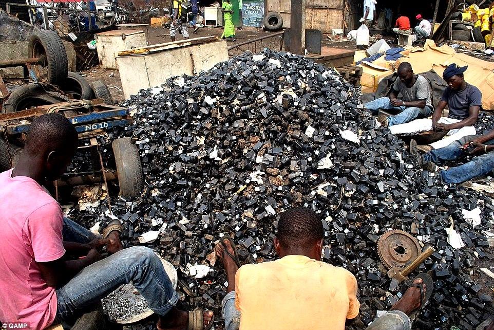 """Cidadãos africanos """"processando"""" a segregação de material contaminante do lixo eletrônico"""
