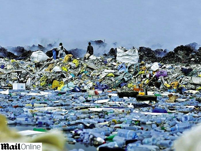Descarte de lixo das Ilhas Maldivas. Paraíso turístico destruído pelo consumismo.(foto Daily Mail)
