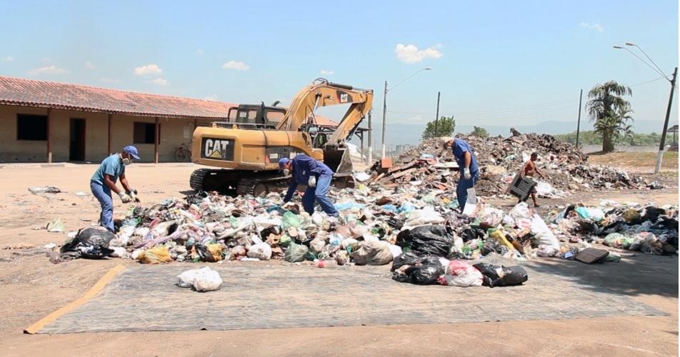 Equipe do IPT abre todos os sacos maiores de lixo e, sobre uma lona, o conteúdo é misturado novamente para novo quarteamento manual
