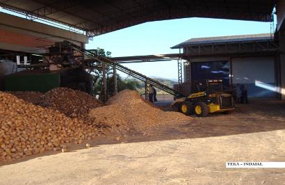 Pilha de blocos de madeira alimentam caldeira na fábrica da Teka em Artur Nogueira (SP) (Foto: Incal-CONTERMA)