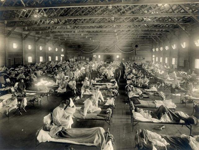 Hospital de campanha em Madrid - 1918. A gripe espanhola nos faz lembrar da importância de se ter um protocolo, até para sair de outro protocolo.