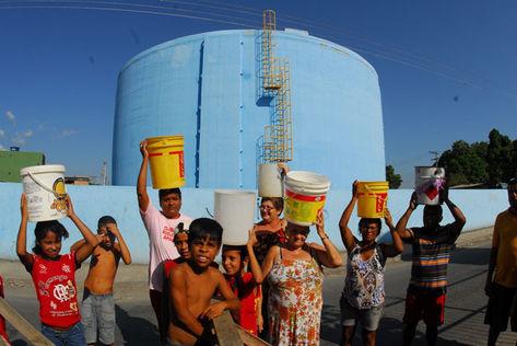 Moradores de Manaus protestam contra falta de água.