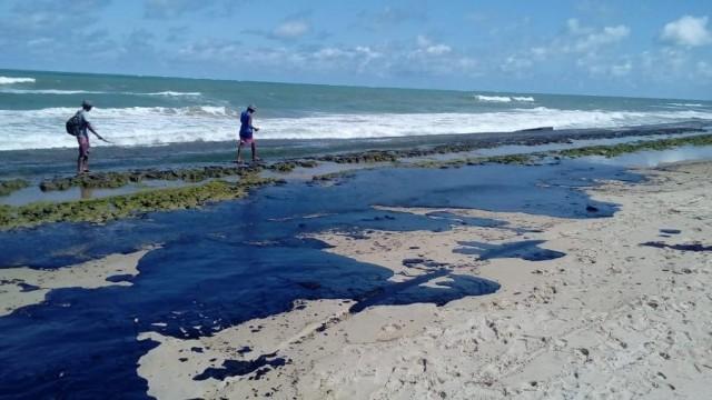 Extensa mancha de óleo é vista na praia do Pontal do Peba, vizinha à foz do Rio São Francisco em Alagoas (Imagem: Simone Santos/ Projeto Praia Limpa)