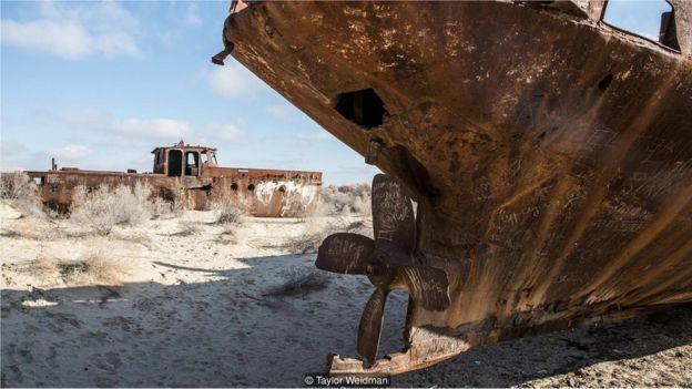 Não há mais água na parte sul do Mar de Aral, no Uzbequistão; apenas destroços de navios (Crédito: Taylor Weidman) Não há mais água na parte sul do Mar de Aral, no Uzbequistão; apenas destroços de navios (Crédito: Taylor Weidman)