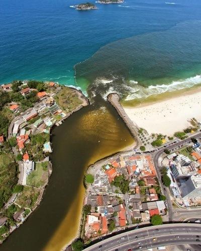 Praia da Barra que recebe esgoto do sistema lagunar de Jacarepagua - Foto: Mário Moscatelli