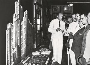 Apresentação do Biológico ao presidente Getúlio Vargas e a Ademar de Barros (de bigode) em 1945 (reprodução InstBio)