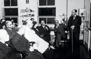 Henrique da Rocha Lima (de jaleco) e o anatomista italiano Alfonso Bovero (de óculos e gravata-borboleta) durante uma reunião sextaferina (reprodução InstBio)