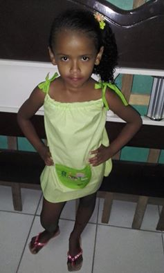 Menina do sertão pernambucano com o vestido do Atelier confeccionado para o projeto