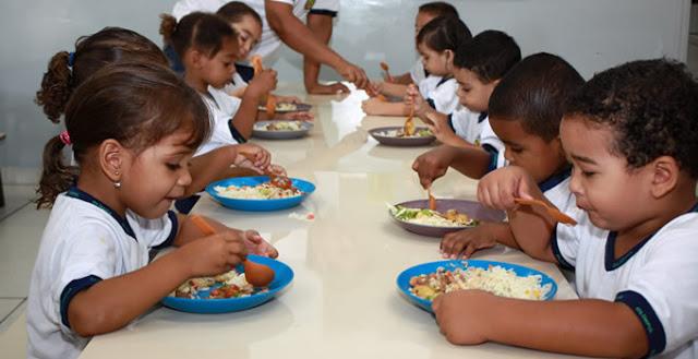 Crianças: vítimas da sordidez, ingerindo refeições piores que as servidas nos presídios
