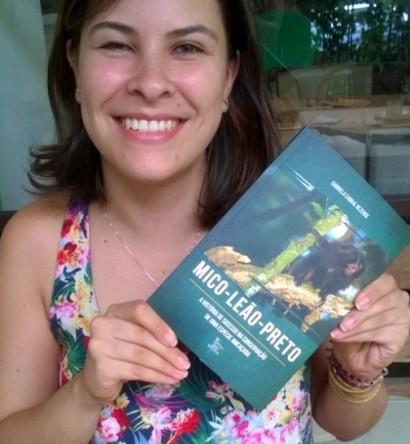 """Gabriela Cabral Rezende, bióloga, pesquisadora do IPÊ e autora do livro """"Mico-leão-preto: A história de sucesso na conservação de uma espécie ameaçada"""""""