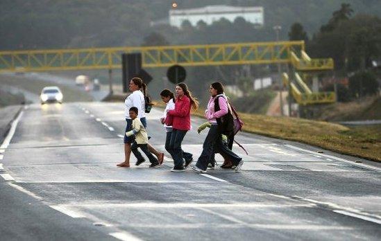 Vias expressas cortam comunidades e trituram os pedestres que se arriscam a atravessa-las