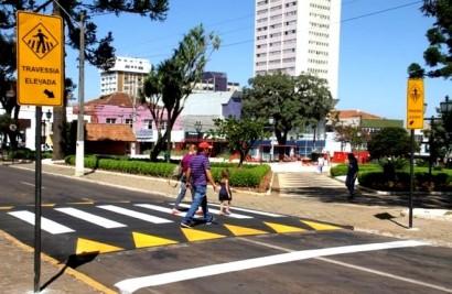 Novo faixa elevada para travessia de pedestres determinada pelo CONTRAN..