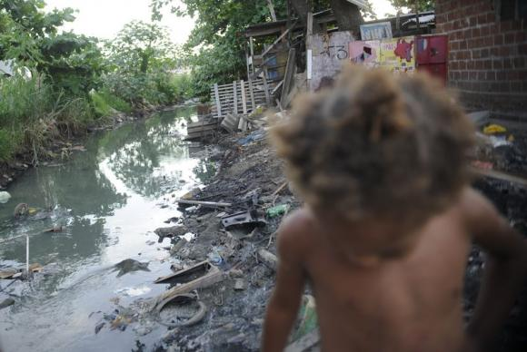 Falta de saneamento básico e impedimentos para o acesso de agentes de saúde dificultam prevenção e tratamento da tuberculose nas favelas. Na foto, criança no Complexo da MaréArquivo/Fernando Frazão/Agência Brasil