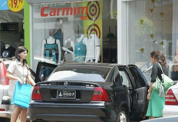 Escárnio no Brasil: Carro de Tribunal leva as amigas da mulher da autoridade para as compras...