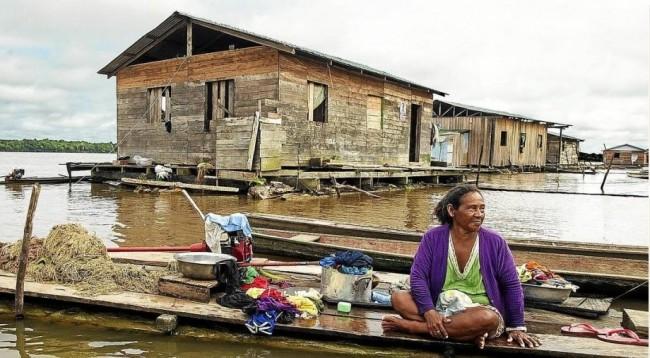 Mulher ribeirinha no Rio Solimões