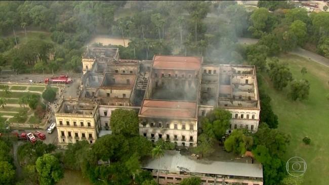 Museu Nacional queima integralmente no Rio de Janeiro (imagem G1)