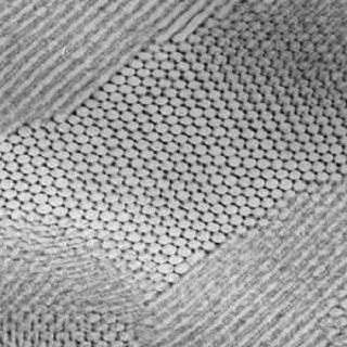 Nanopartículas se estruturaram sozinhas (foto) para formar uma rede hexagonal. (Imagem: Reprodução/Internet)