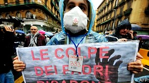 Manifestante protesta contra despejo de lixo tóxico em Nápoles (Foto: AFP)