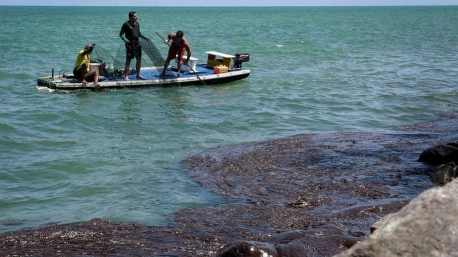 O óleo já atingiu mais de 450 praias do litoral nordestino, como a de Paulista (PE), e chegou ao Espírito Santo (direito de imagem LEO MALAFAIA/AFP)