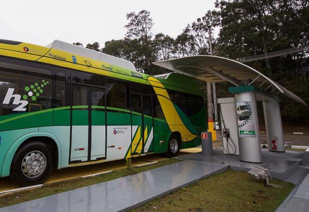 Para impulsionar o uso de tecnologias limpas para transporte no país, ônibus movidos a hidrogênio entram em circulação em São Paulo. Foto: EMTU/SP