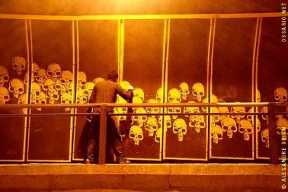 Intervenção artística de Alexandre Orion, artista plástico, com fuligem produzida pelos carros que se deposita nas paredes do túnel entre as avenidas Europa e Cidade Jardim.
