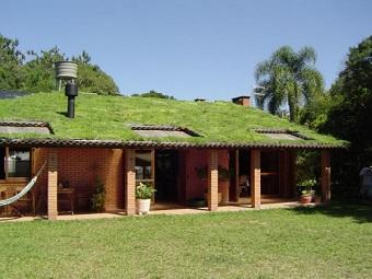 """Teto verde embeleza e também """"refresca"""" a casa, dispensando o ar condicionado, grande consumidor de energia. (Imagem: Reprodução/Internet)"""