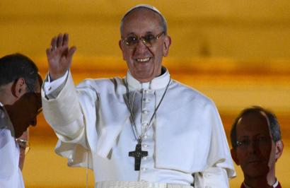 Papa Francisco I acena para a multidão na Praça de São Bento, em Roma. (Foto: Dylan Martinez/Reuters/Portal UOL)