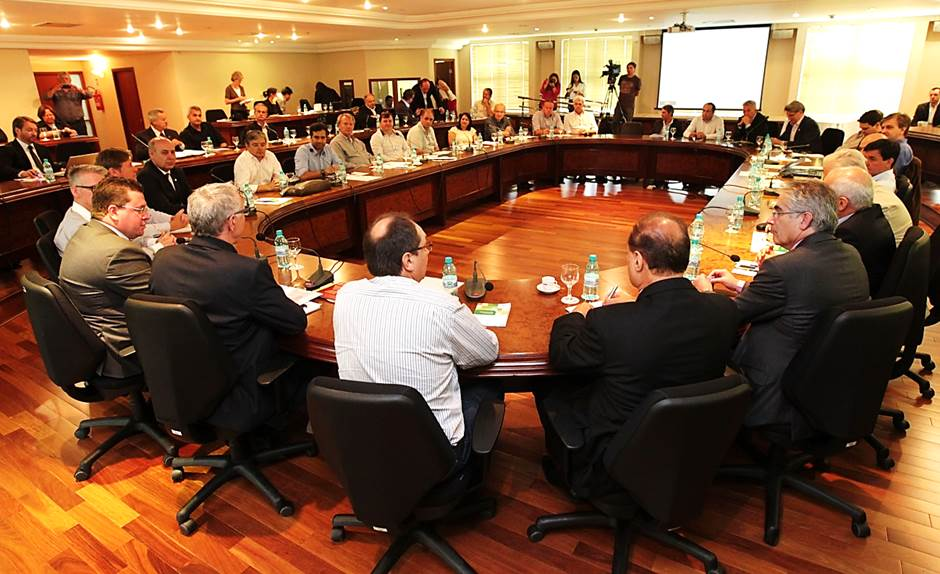 Representantes de 53 sindicatos assinaram um termo de compromisso com a Secretaria de Estado do Meio Ambiente (Sema) para o desenvolvimento de seus planos de logística reversa no Paraná. ( Imagem:Agência Fiep)