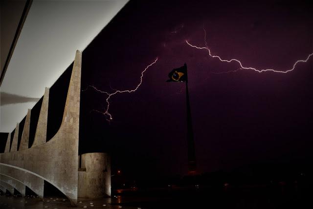 Tempestade sobre o Planalto (foto- Gustavo Miranda - O Globo)