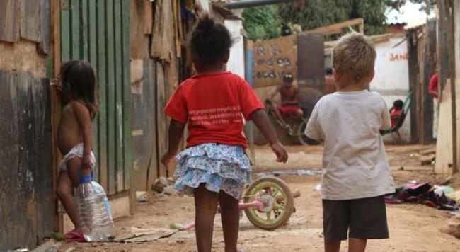 Crianças brincam em rua na Estrutural, em Brasília: