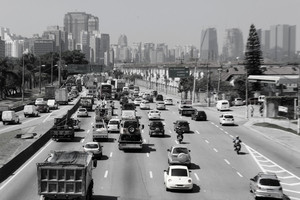 Marginal do rio Pinheiros, uma das vias mais movimentadas da cidade de São Paulo (foto Leo Ramos Chaves)
