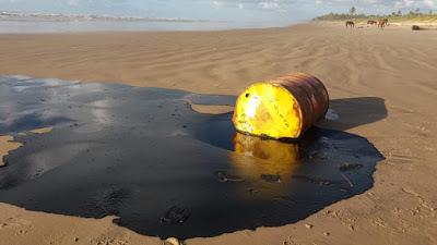 Latão com óleo cru venezuelano na Praia dos Coqueiros - SE