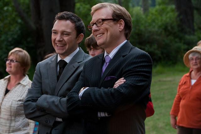"""Semelhança coincidente? Os vilões de """"Zé Comeia"""" - o Prefeito Brown (Andrew Daly) e seu assessor puxa-saco (Nathan Corddry), são privatistas caricatos."""