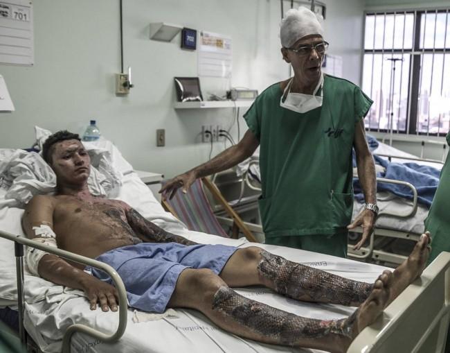 O balconista Francisco Rostana Gabriel é atendido pelo doutor Edmar Maciel. (Jarbas Oliveira)