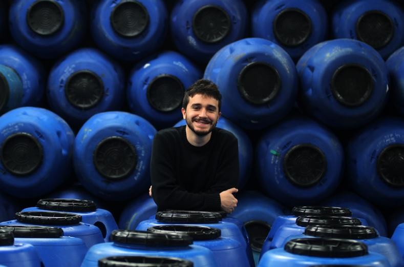 Rafael Greco e um sócio controlam a Casológica Sustentabilidade, empresa que produz cisternas, eco tanques e composteiras. Foto: Rodrigo Pinto.