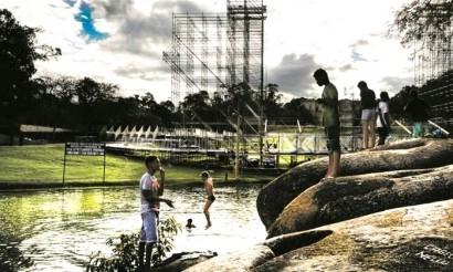Jovens se divertem no lago da Quinta, com a estrutura do festival ao fundo - Antonio Scorza