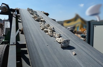 Esteira de usina móvel de reciclagem de entulho (foto), comum em obras de grande porte. (Imagem: Reprodução/Internet)