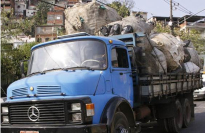Transporte de resíduos no Jardim Damasceno, em São Paulo.