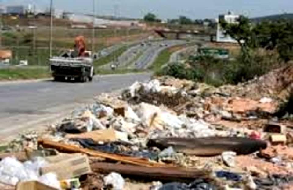 Lixo e entulho despejados criminosamente à beira da estrada  - falha na fiscalização é culpa do próprio governo paulista