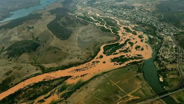 Rio Doce,MG, contaminado pelos rejeitos da Mineradora Samarco