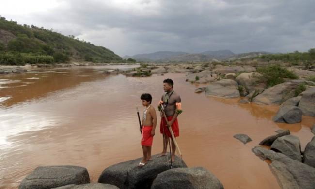 Índios da aldeia Krenak estão sem água por conta da contaminação do rio Doce - O GLOBO / Marcelo Carnaval