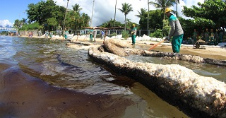 Trabalhos para contenção da mancha de óleo em São Sebastião não evitaram a poluição de 11 praias