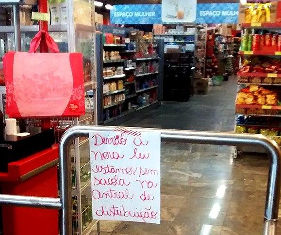 Em unidade do Dia na rua Augusta, aviso indica falta de sacolinha