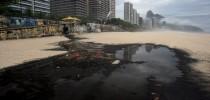 Água suja acumula lixo e polui areia da Praia de São Conrado, na Zona Sul do Rio (Foto: Marcia Foletto/Ag. O Globo)