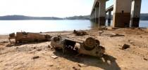 Represa Atibainha, em Nazaré Paulista, cemitério de carros desovados emerge da seca.