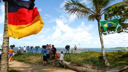 Imprensa em frente ao centro de treinamento alemão na Bahia.
